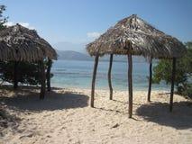 在海滩的棕榈叶小屋 库存照片