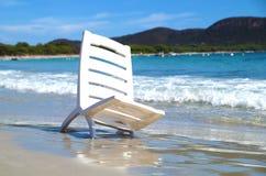 在海滩的椅子在海 库存图片