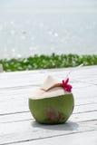 在海滩的椰子水 图库摄影