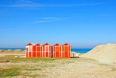 在海滩的橙色客舱 免版税库存照片