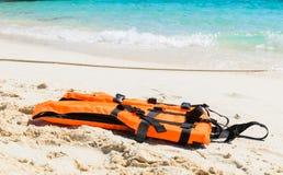 在海滩的橙色救生衣 库存照片