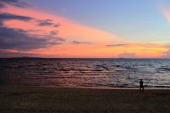 在海滩的橙色日落帕塔亚 库存图片