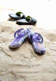 在海滨的橡胶拖鞋 免版税库存照片