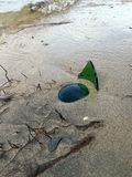 在海滩的残破的瓶 免版税图库摄影