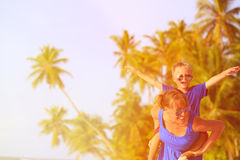 在海滩的母亲和儿子飞行 免版税图库摄影