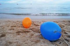 在海滩的气球 免版税库存照片