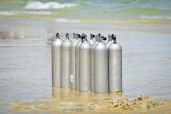 在海滩的氧气罐 免版税库存照片
