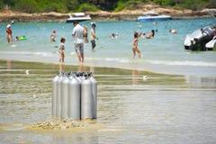在海滩的氧气罐 图库摄影
