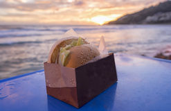在海滩的汉堡包 库存照片