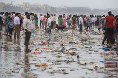 在海滩的污染转储 库存图片