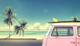 在海滩的汽车与在屋顶的一个冲浪板 免版税图库摄影