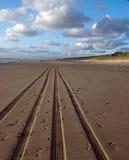 在海滩的汽车轨道 免版税库存图片
