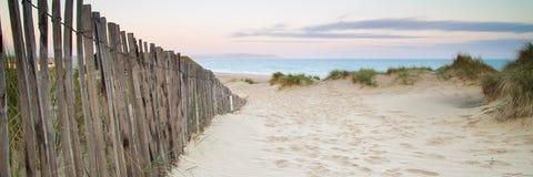 在海滩的沙丘系统全景风景在日出 库存图片