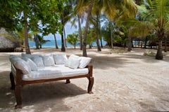 在海滩的沙发 库存图片