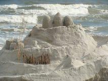 在海滩的沙堡 免版税库存图片