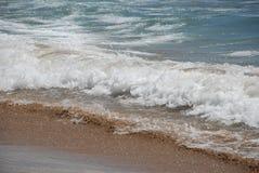 在海滩的沙子和海波浪 库存图片