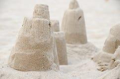 在海滩的沙子城堡 库存图片