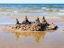 在海滩的沙子城堡 免版税库存图片