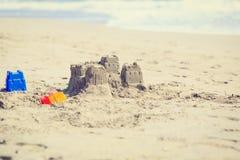 在海滩的沙子城堡 图库摄影