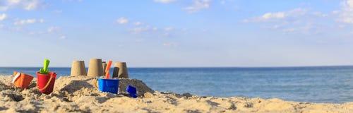 在海滩的沙子城堡 免版税图库摄影