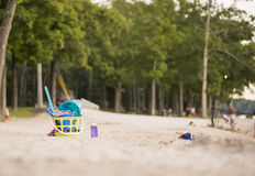 在海滩的沙子玩具 免版税库存图片