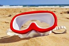 在海滩的沙子的潜水面具 库存照片