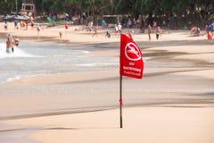 在海滩的没有游泳旗子警告 免版税库存图片