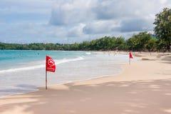 在海滩的没有游泳旗子警告 库存图片