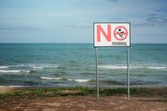 在海滩的没有游泳标志 免版税库存照片