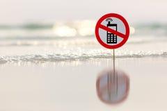 在海滩的没有电话标志 免版税库存照片