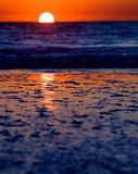 在海滩的波浪在日落 免版税库存照片