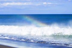 在海洋的波浪形成彩虹 免版税库存照片