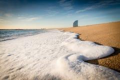 在海滩的波浪泡沫 图库摄影