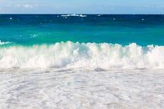 在海滩的波浪热带海 免版税库存照片