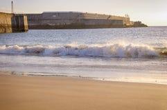 在海滩的波浪 免版税库存照片