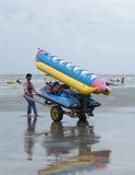 在海滩的泰国人运载的橡皮艇是拉差 免版税库存图片