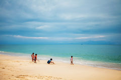 在海滩的泰国儿童游戏 免版税库存图片