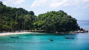 在海滩的泰国小船 免版税库存图片