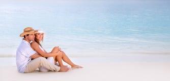 在海滩的浪漫日期 免版税库存照片
