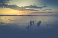 在海洋的浪漫日落有云彩的 免版税库存图片