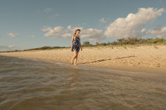 在海滩的浪漫步行 免版税库存照片