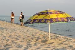 在海滩的浪漫步行 图库摄影