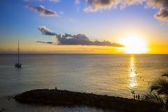 在海滩的浪漫黄色日落马提尼克岛 免版税库存图片