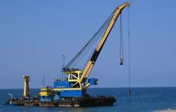 在海滨的浮动起重机 库存照片