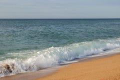 在海滩的海波浪 图库摄影