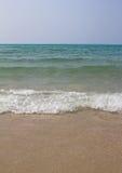 在海滩的海波浪 免版税图库摄影