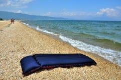 在海滩的海滩床垫 免版税图库摄影