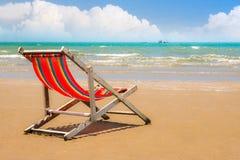 在海滩的海滩睡椅与清楚的蓝天 库存照片