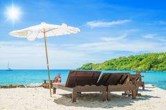 在海滩的海滩睡椅在晴天在普吉岛,泰国 图库摄影