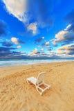 在海滩的海滩睡椅 免版税库存照片
